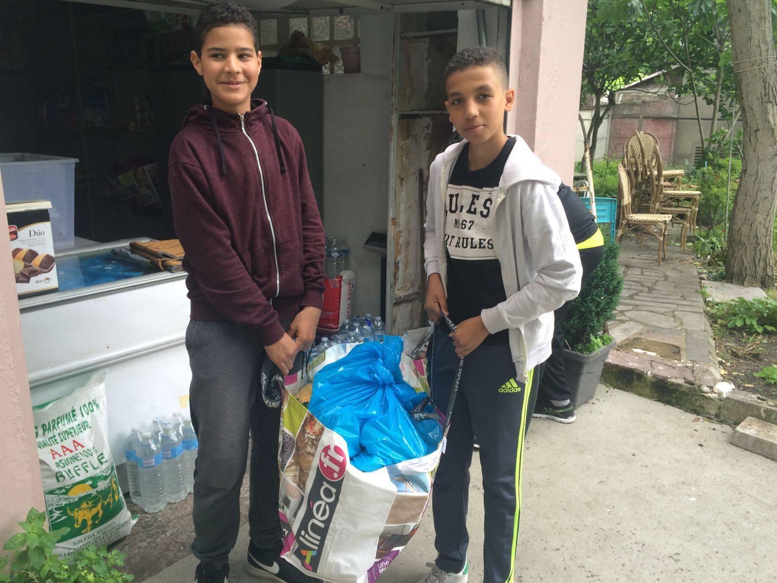 Adolescents avec un sac de colis alimentaires