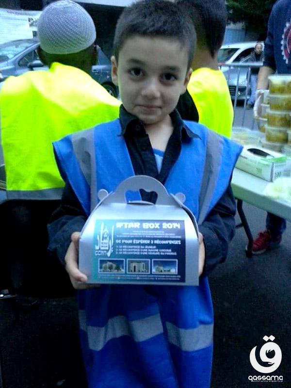 Jeune bénévole avec une boite pour l'Iftar