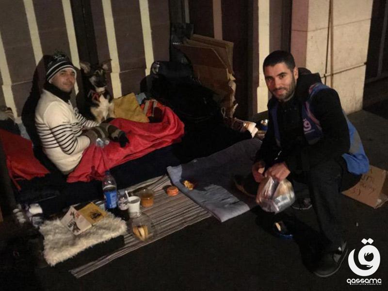 Bénévole et bénéficiare ayant reçu de la nourriture