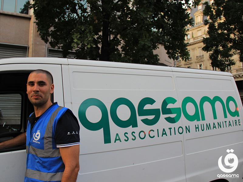 Bénévole devant la camionette de Qassama