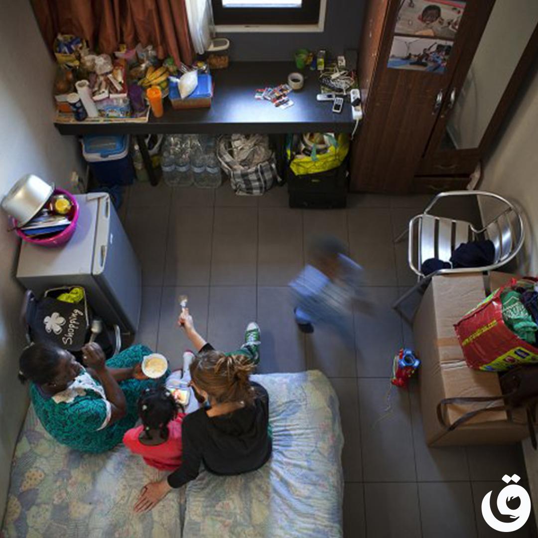 Bénévole dans le logement d'une famille aidée par le pôle social