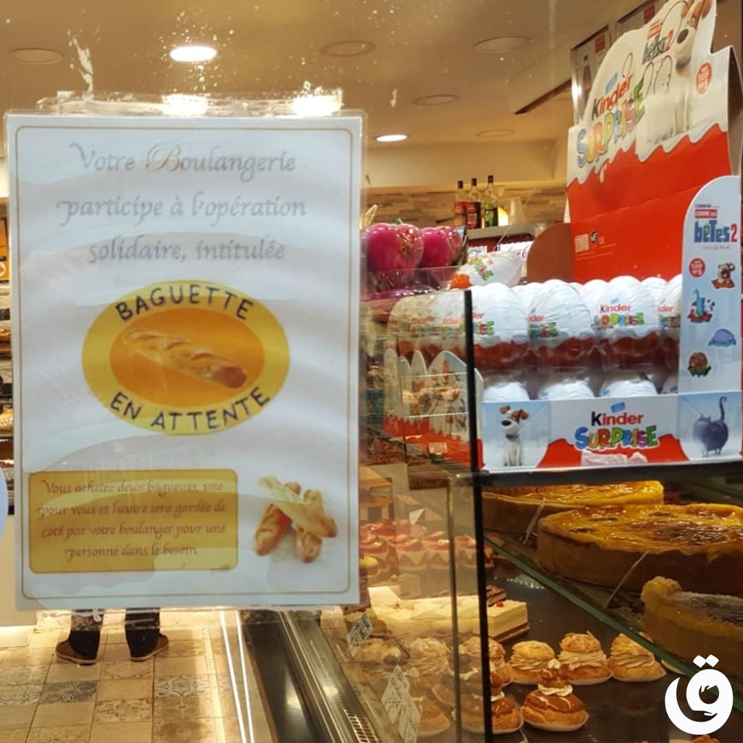 Boulangerie solidiare avec une affiche de l'action baguettes en attente